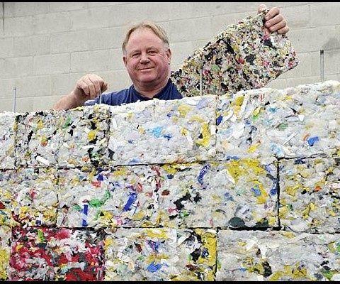 Peter Lewis transforme les déchets plastiques en briques écologiques