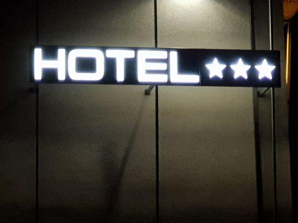 ENSEIGNE LUMINEUSE pour Hôtel Restaurant à Meyzieu