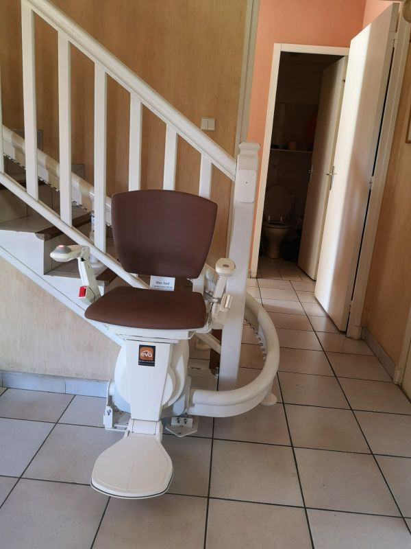 Monte-escalier tournant | EVA ASCENSEUR