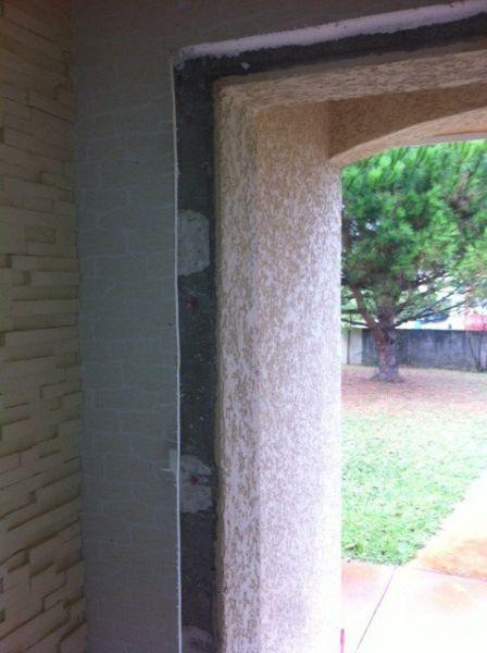 Pose d'une porte PVC et dépose de l'ancienne porte en bois