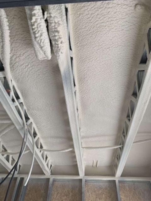 L'équipe IK SARL a projeté de le Mousse Polyuréthane au plafond, chantier au Péage-de-Roussillon