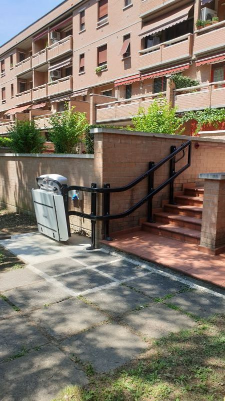 Plateforme monte-escaliers  avec barres escamotables