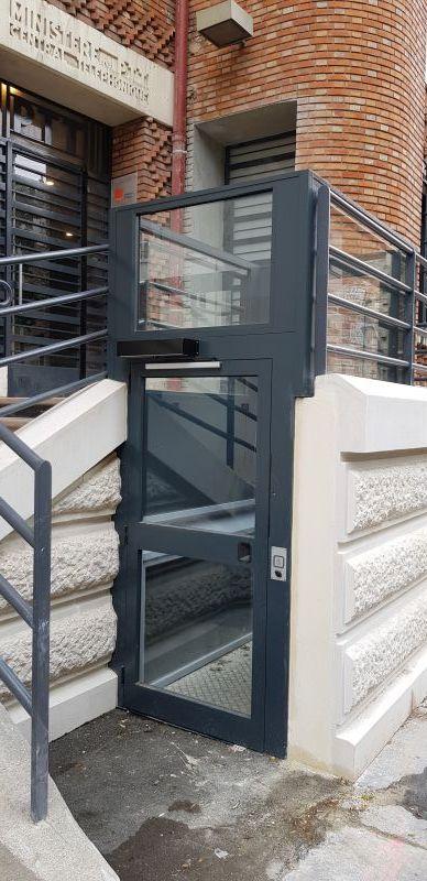 Plateforme élévatrice verticale facile à installer en intérieur comme en extérieur